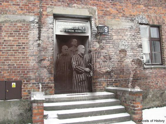 Auschwitz I, January 27th 1945  Russian soldiers with prisoners of Block 19, the quarantine blockhouse in the medical section of the camp.