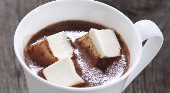 In den USA und Grossbritannien wird vor dem Zubettgehen oft ein heisser Kakao mit Marshmallows getrunken. Dieser schmeckt nicht nur sehr lecker, sondern sorgt auch für ein wohliges Gefühl der Müdigkeit und lässt dich zufrieden ins Bett sinken.
