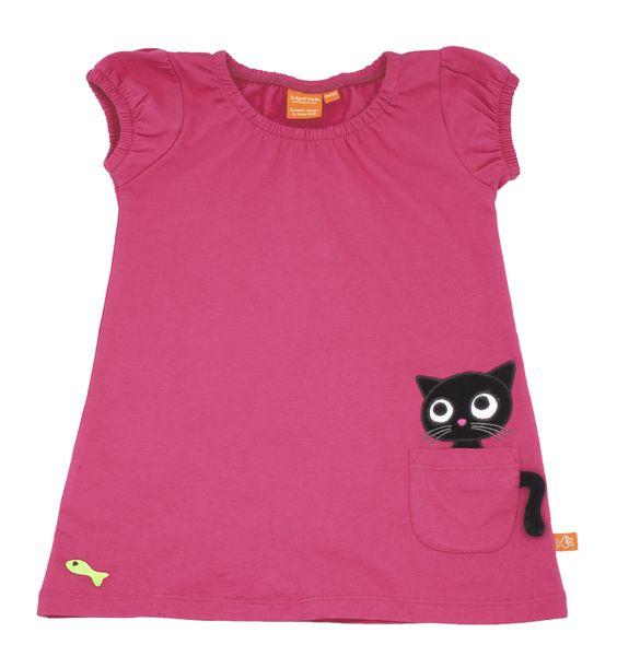 Das schwarze Kätzchen auf dem Kleid der schwedischen Kindermarke Lipfish versteckt sich hinter der linken Tasche und beobachtet aufmerksam den gelben Fisch. Der Clou: der Schwanz hängt lose herab. Mit seinen Puffärmeln ist das pinke Kleid perfekt für kleine Mädchen.  Erhältlich in drei verschiedenen Größen.