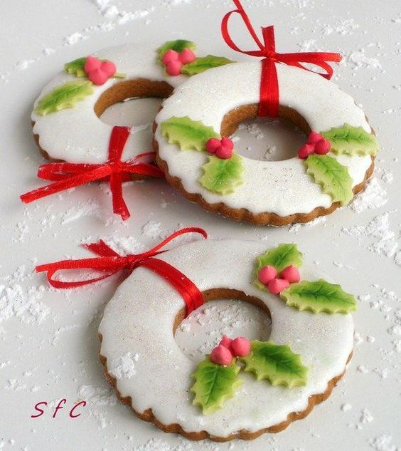 Biscotti Natalizi Segnaposto.Holly Christmas Wreath Cookie Ornaments Christmas Cookies Decorated Christmas Wreath Cookies Christmas Biscuits