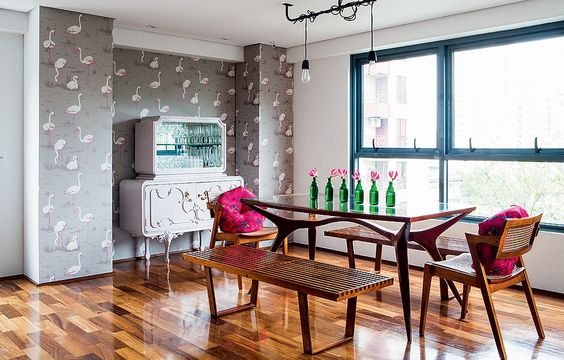 Nada é tão retrô e ao mesmo tempo tão atual quanto papel de parede. Muito popular nos anos 1960 e 1970, o revestimento voltou com tudo à decoração, seja com estampas geométricas, florais ou ainda desenhos inusitados. Veja exemplos de como usar: