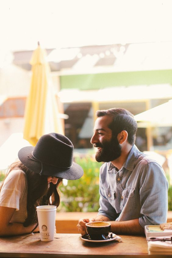 esto podría evitarse si conoces las señales que indican que le atraes y haces algo por enviar la señal de que es reciproco. Su lenguaje corporal dice mucho