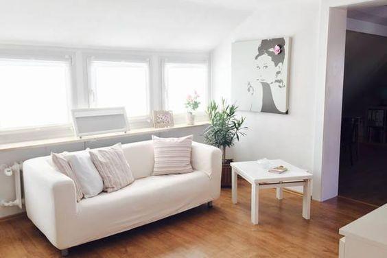 Gemütliches Zimmer mit Wohnzimmer-Couch in weiß - Wohnung in
