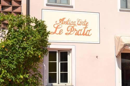 Il B&B Corte Prata è nato dalla ristrutturazione di una vecchia casa colonica appartenente ad una tipica corte lucchese. Situata nella frazione di Marlia, si trova inserita nella piana di Lucca, a soli 10 minuti dalla città. La casa dispone di un ampio parcheggio privato.