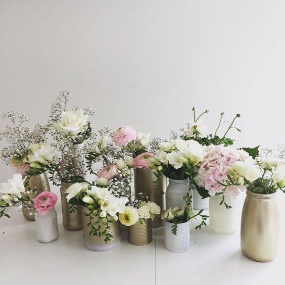 voor het lentefeest van gisteren hergebruikte ik lege flessen en blikjes in verschillende vormen en maten om als vaas te gebruiken. ik spoot ze goud en wit en vulde ze met bloemen in witte en roze tinten.... #flowers #selfmade #diy #recycle #flowerstagram