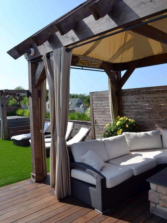 schöne Pergola mit Sitzplatz und Sichtschutz aus Holzpaneelen - innovative holzpaneele deckenmontage