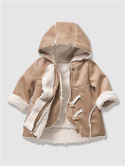 3-in-1-Jacke in Lammfelloptik. Die niedliche Fellweste kann auch ohne Jacke über einem Kleid oder einer süßen Bluse getragen werden.   #vertbaudet #Herbst #Winter #2015 #Kinderkleidung #Babymode