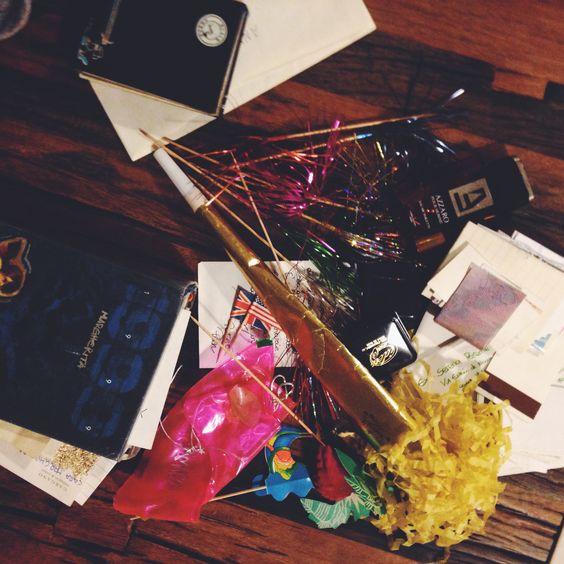 """sono una """"conservatrice compulsiva"""", una di quelle capaci di ritrovare in scatole di legno chiuse in cantina da più di quindici anni cannucce, biglietti aerei, carte di caramelle, tshirt bianche di..."""