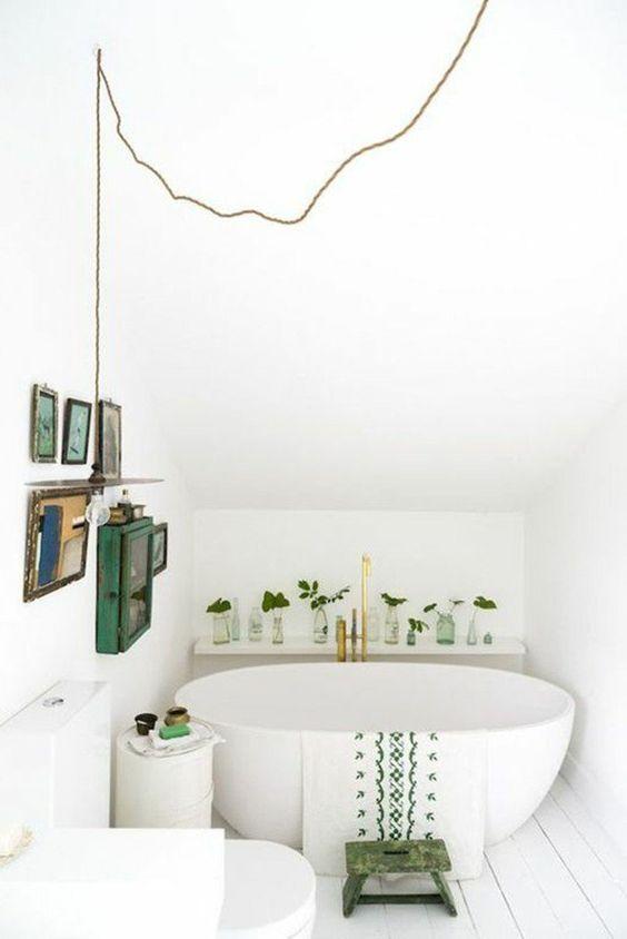 salle de bain sous pente idee salle de bain petite surface avec une baignoire ovale - Salle De Bain Petite Surface Avec Baignoire
