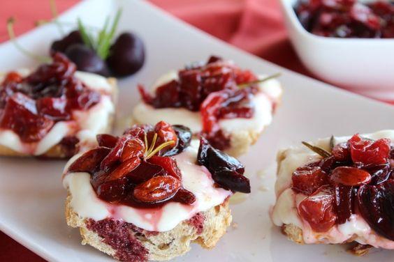 Crostini al formaggio con composta di ciliegie, peperone e goji