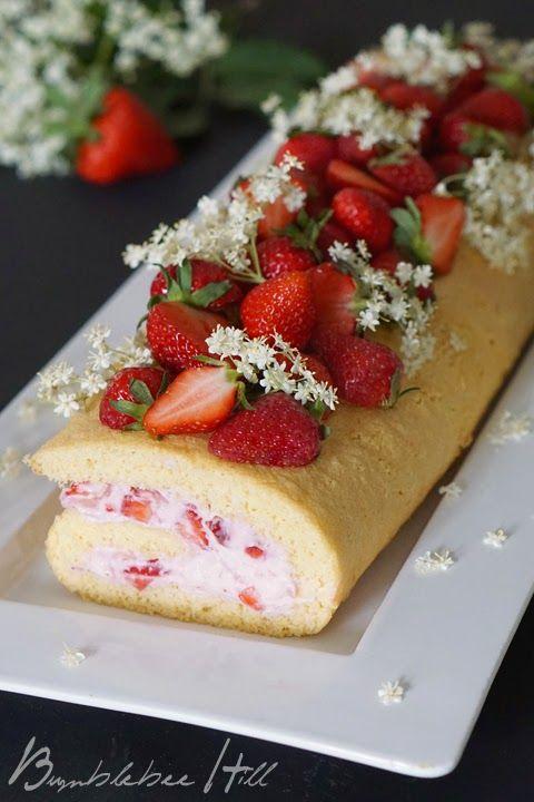 Erdbeer-Holunderblüten-Biskuitrolle