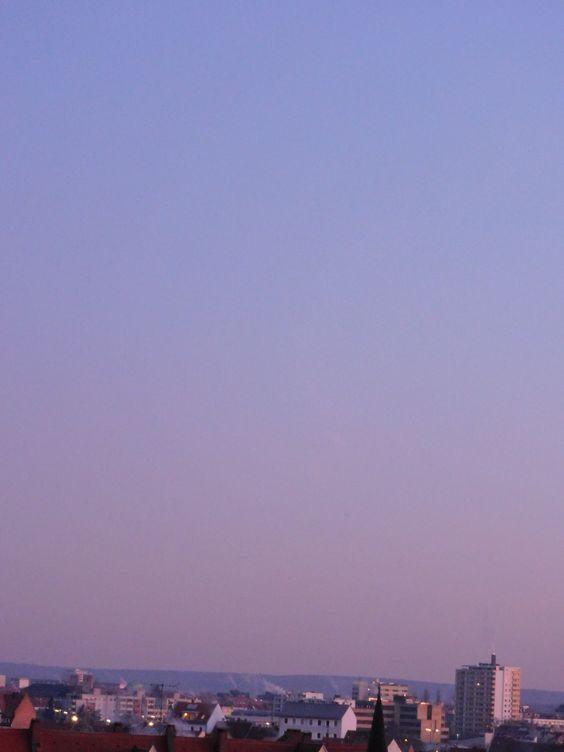 Besondere, seltene Himmelsfarbe über der Stadt, bei unbewölktem Himmel.