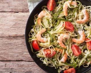 Poêlée brûle-graisse de spaghettis de courgettes, crevettes et tomates Croq'Kilos : http://www.fourchette-et-bikini.fr/recettes/recettes-minceur/poelee-brule-graisse-de-spaghettis-de-courgettes-crevettes-et-tomates