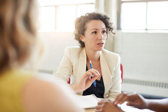 Bei einigen Themen fällt es schwer, den Chef anzusprechen und den richtigen Ton zu treffen. Wir erklären, wie Sie einige besonders heikle Fragen stellen...