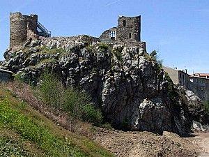 Les hommes ont taillé la roche pour faire Rochetaillée, le château de cette petite commune proche de Saint Etienne. Bien qu'en ruine, sa puissance se ressent.