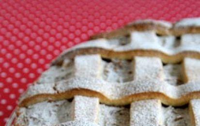 Crostata di ricotta e cioccolato - La ricetta della crostata di ricotta e cioccolato è un dolce buonissimo e sfizioso, vi consiglio di fare la pasta frolla in casa e di usare la ricotta fresca, non quella confezionata del supermercato perchè è troppo salata.