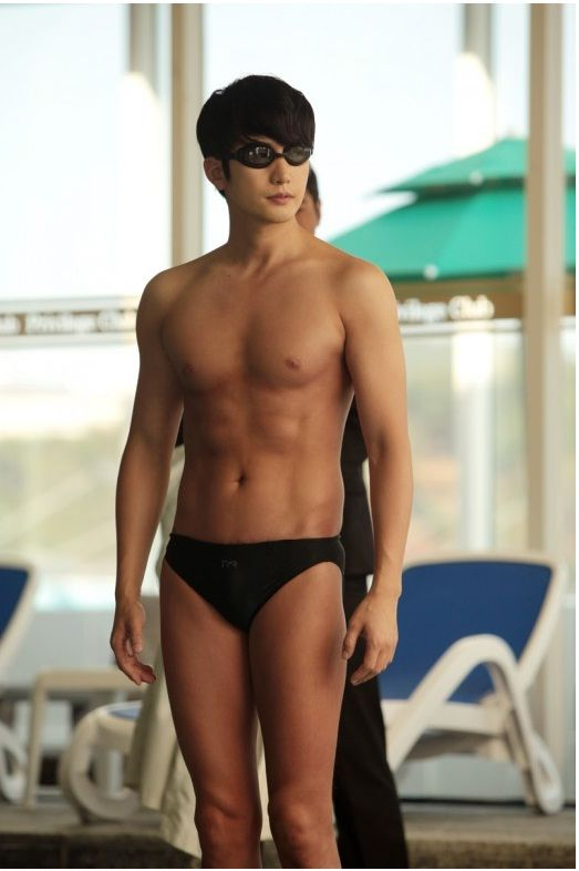 Park Si Hoo shows off his muscular body in Confession of Murder
