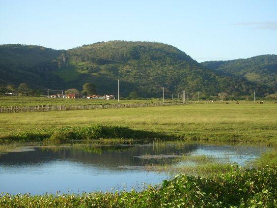 Bolívar, municipio Piar. Laguna y Casas de Campo en El Candado de Upata, al fondo Serranía El Toro.  Venezuela