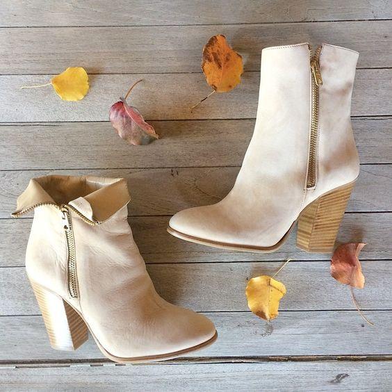 One bootie that can be worn two ways! Shop the Connelly in beige and black on deekeller.com. #versatile #booties #fallwardrobe #sotd #deekeller