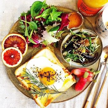 出典: instagram.com(@onecolor.studio) | 目玉焼きトーストの上にローズマリーの葉を乗せることで、なんだかお月見をしているような気分に♪
