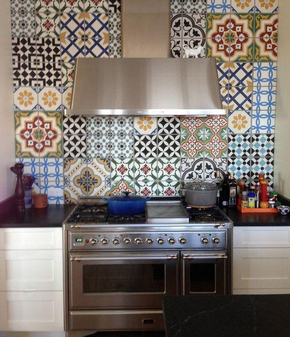La cucina in muratura rivestita con ceramiche di Vietri   سيراميكا ...