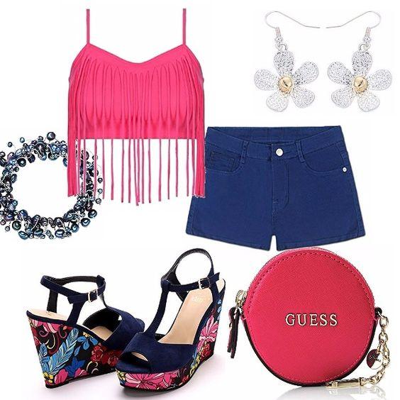 Shorts è l'imperativo per l'estate! Eccoli, in blu, abbinati ad un top fucsia con spalline e motivo di frange. Sandali blu con zeppa floreale. Bracciale in perle e orecchini a fiore.