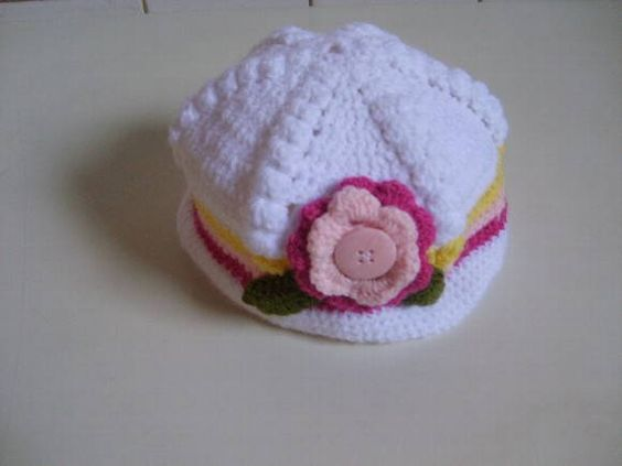 Chapeuzinho confeccionado em lã ( ou linha), em crochê . Detalhes - flores em crochê e botão. Tamanhos> 3 a 6 / 6a 9 / 9 a 12 meses frete por conta do comprador. R$ 33,00