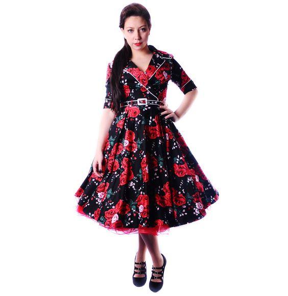 """vintage kleding Haunted Housewife Flower Dress  Deadly Dames retro jurk in zwart met prachtige rode rozen print. Gemaakt van glans katoen. Jurk heeft halve mouwen met omslag en witte skull knopen, een halslijn met overslag effect en brede kraag, een wijde rok geschikt om te dragen met petticoat (25"""") en een bijpassende riem."""