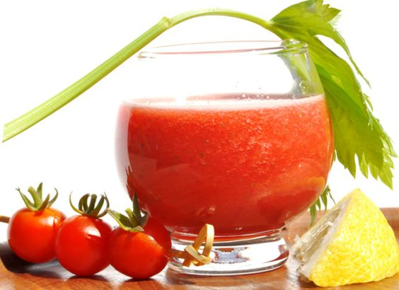 Jus de tomates  2 tomates bien mûres 2 brins de persil 3 branches de céleri 1/2 jus de citron Sel, poivre du moulin Tabasco (facultatif)