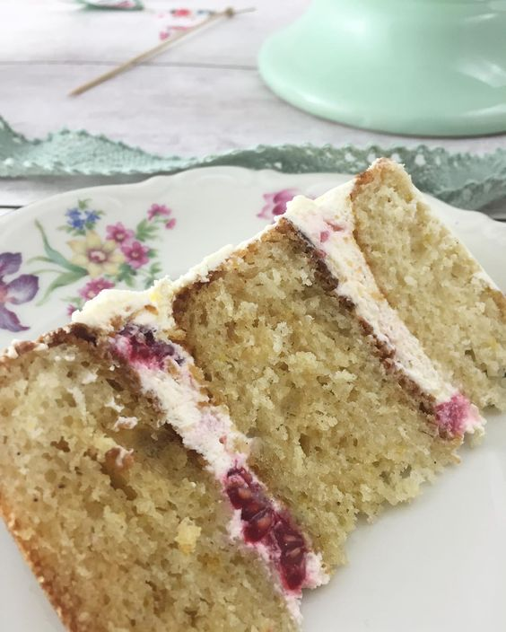 Ein Stückchen lockersten Zitronenkuchen mit Himbeerbuttercreme?  . Nehmt Platz ihr Lieben! ☕️ . #solecker #kuchenliebe #zitronenkuchen #backen #rezeptaufdemblog #gateau #naschen #desserts #kuchen #nachtisch #