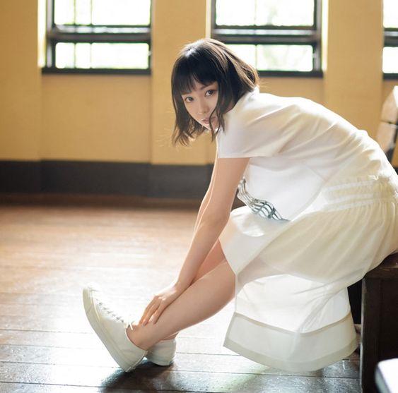 白い服を着た今泉佑唯