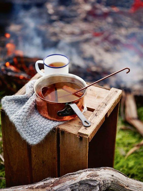 couleurs d'automne un thè dans le jardin quand les feuilles commencent à tomber Tea freshly made: