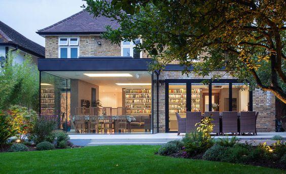 Holz trifft Glas, Art Deco-Elemente auf modernes Design: Hier stellen wir euch eine Hauserweiterung vor, der ein eindrucksvoller Stilmix gelingt.