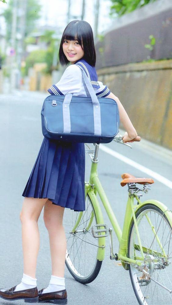 自転車を押す平手友梨奈
