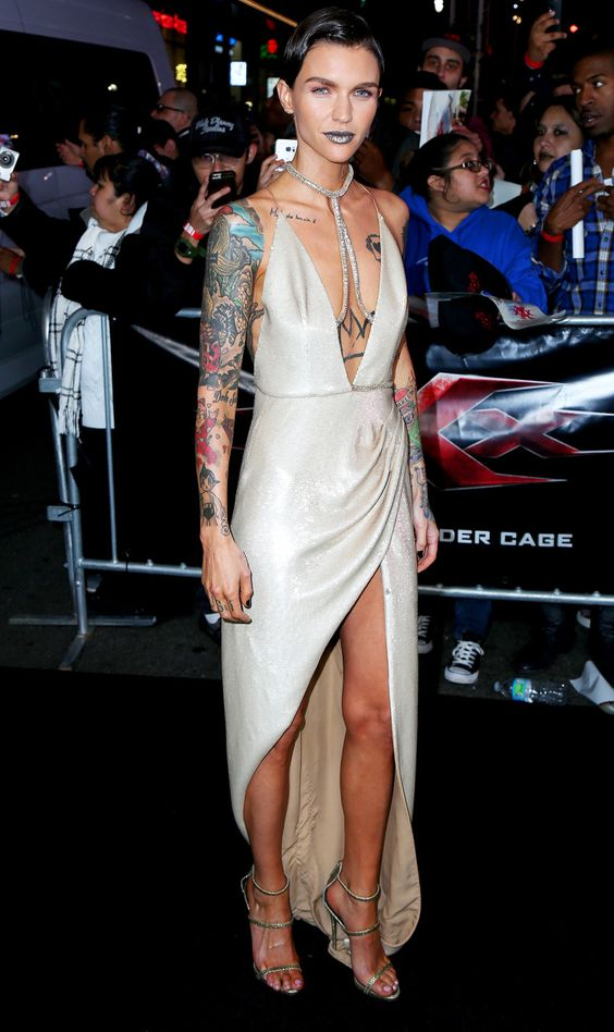 露出度高いドレスのルビーローズ