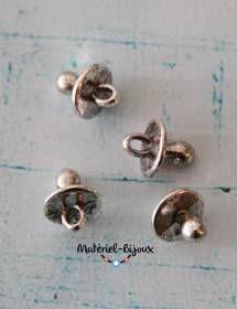 Des petites breloques en forme de tétines ou sucettes pour des bijoux fantaisie.