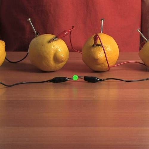 crédit photo Steve Spangler  Voici une expérience sympa à faire avec des enfants un peu grands: transformez l'acide du citron en énergie électrique. Il vous faudra un peu de matériel toutefois ! La photo vient du site de Steve Spangler et il existe également des sites en français où l'expérience est décrite. Instructions Vous aurez besoin de 4 citrons (les plus gros et les plus juteux possibles), de 4 pièces de monnaie en cuivre, de 5 pinces crocodiles, des ampoules LED, d'un couteau et de…