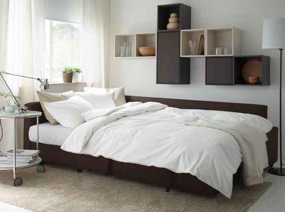 Moderne stue med brun friheten sovesofa, valje veggskap i brunt og ...