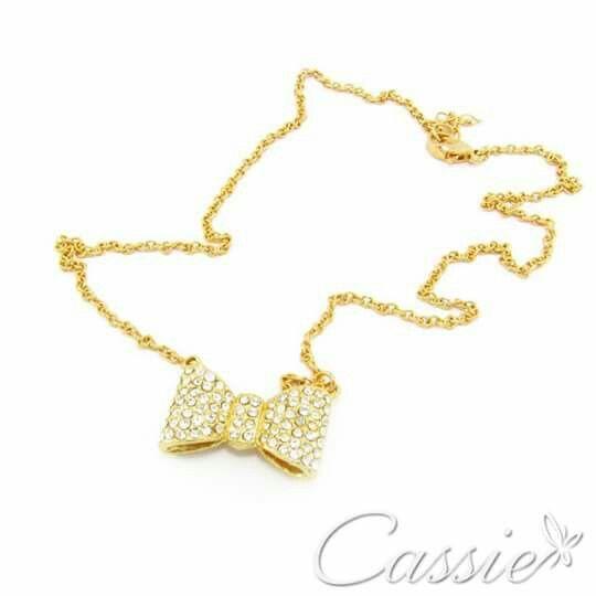 Colar Lacinho folheado a ouro com pingente de laço com strass.  Oferta: R$ 51,90  ╔═══════════════════╗ #Cassie #semijoias #acessórios #moda #fashion #estilo #inspiração #tendências #trends #brincos #brincoslindos #love #pulseirismo #lookdodia #folheado #dourado #brincoleque #brincoleve #colar #pulseiras #berloques #charms # # #