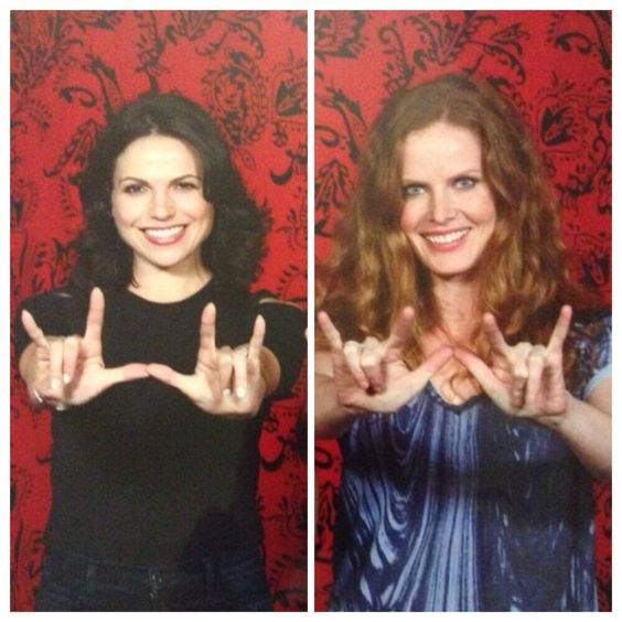 Lana Parrilla and Rebecca Mader at Spooky Empire EvilRegal-Wicked hybrid sign. Brilliant! #EvilRegals