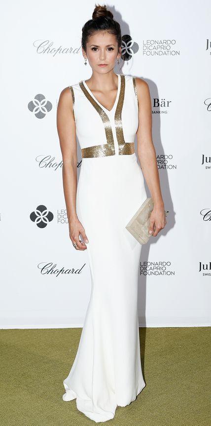 Nina Dobrev en robe de soirée blanche col en V