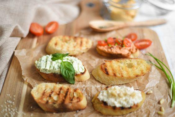 :) Vier vegetarische Brotaufstriche - Tomatenbutter, Sesampaste mit Frisch- und Ziegenkäse, Basilikumcreme & dried-tomatoes-creamcheese - http://chevre-culinaire.blogspot.de/2016/02/vier-vegetarische-brotaufstriche.html