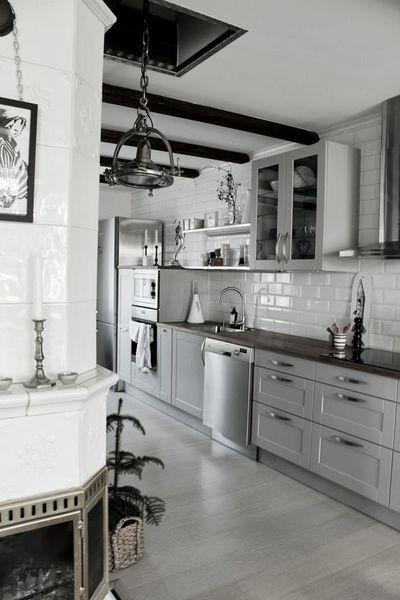 vitt kakel i kök,grå köksluckor,hth kök,vitrinskåp,öppna hyllor ...