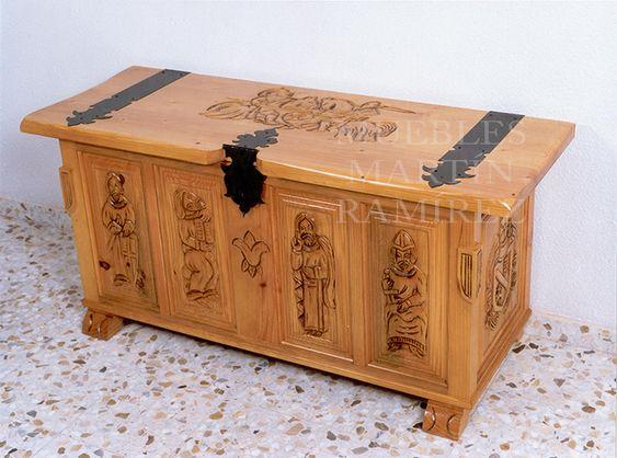 #Arcón decorado con motivos #medievales y realizado en madera de #pino