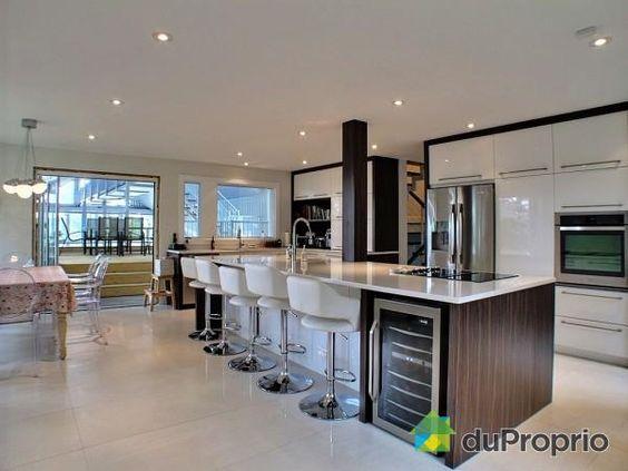toute la famille peut s 39 accouder cet immense il t de cuisine cette maison de sorel tracy est. Black Bedroom Furniture Sets. Home Design Ideas