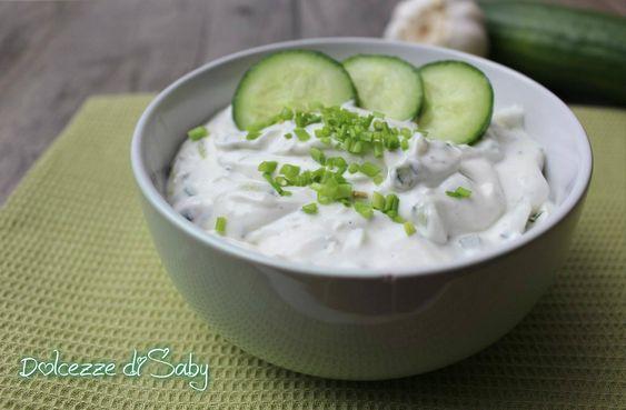 Lo Tzatziki é una cremosa salsa a base di yogurt greco aglio e cetriolo. È gustosissima e chi é stato in Grecia o in un ristorante greco sa che viene usata