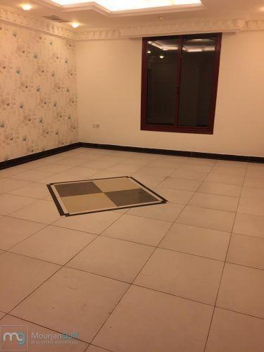 للإيجار شقة في الشهداء سوبر ديلوكس على شارع رئيسي مدخل ومخرج سهل دور ثاني مصعد عبارة عن 3 غرف نوم 1 ماستر مع بلكونة كبيرة صالة كبيرة غرفة عاملة مع حمامها مطبخ م