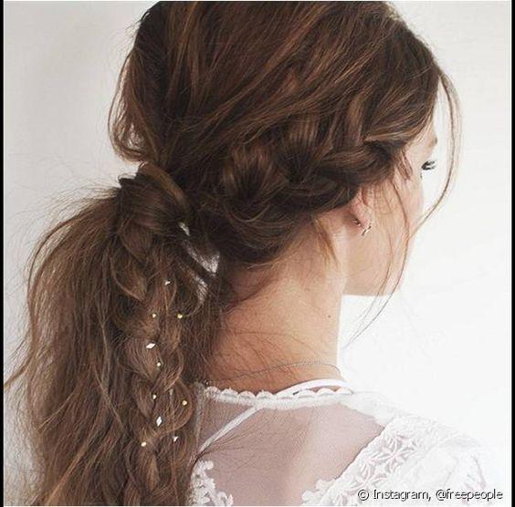 Os pequenos detalhes podem ser usados para complementar um penteado mais elaborado, como neste look da marca Free People