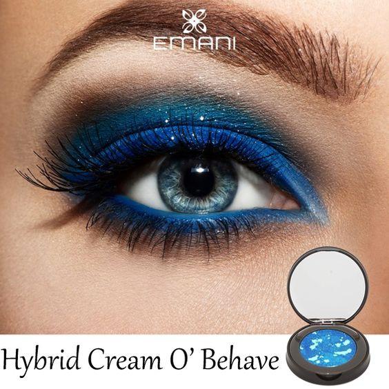 Altijd dezelfde kleur oogschaduw, maar op zoek naar iets nieuws? De O' Behave Hybrid Cream oogschaduw van Emani is een groot succes onder de professional make-up artists! De intense kleur blauw kan je gebruiken op het bewegend ooglid, onder het oog, als cut crease of als eyeliner. Voor de smokey eye zoals op de afbeelding adviseren wij een combinatie met bronze of goudbruine oogschaduw voor een intense oogopslag.
