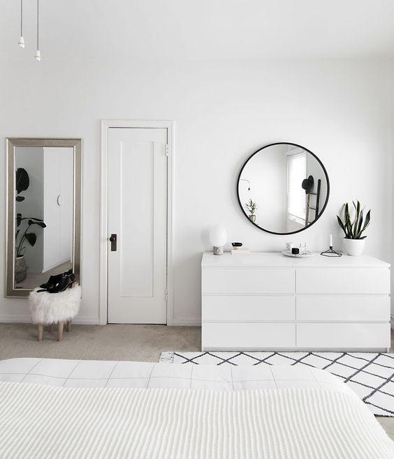 chambre deco minimaliste scandinave blanche miroir rond commode blanche tapis blanc et noir - Chambre Scandinave Blanche